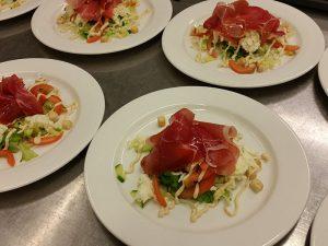 Pitopalvelu Pohjois-Savossa - Parmankinkku-mozzarella-salaatti, FinMacGyver Oy